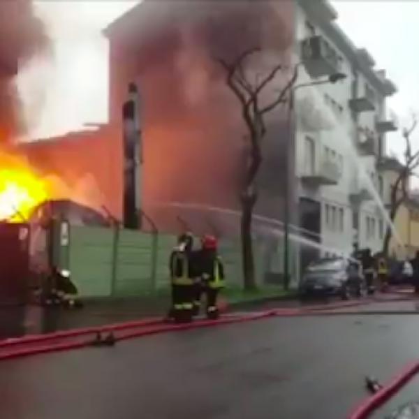 Cologno, maxi incendio in cartiera: palazzi evacuati