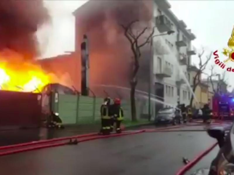 Cologno Monzese, incendio nella cartiera