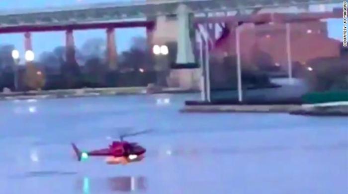 New York, elicottero precipita nell'East River: 5 morti