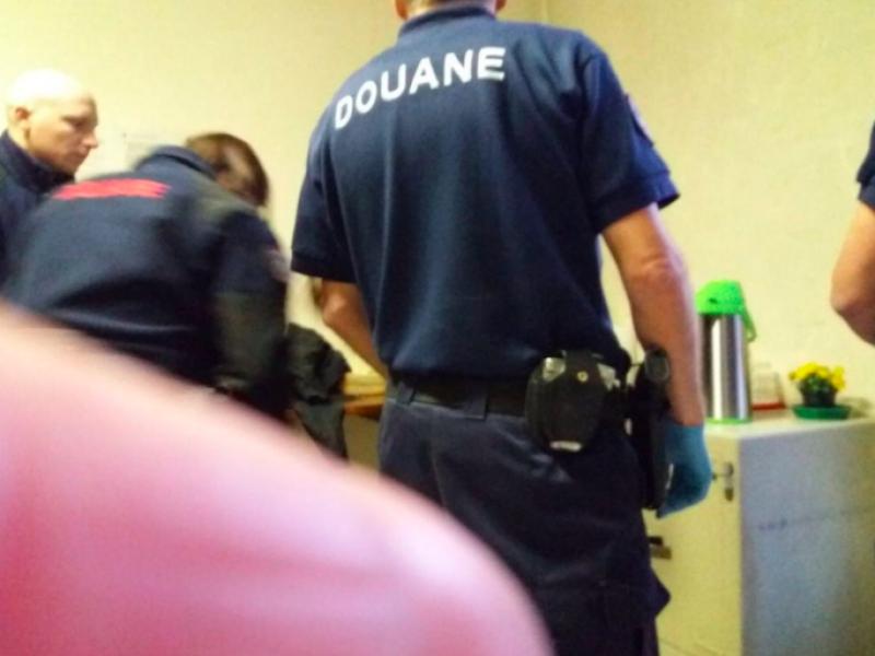 Bardonecchia, polizia francese armata entra in centro migranti italiano