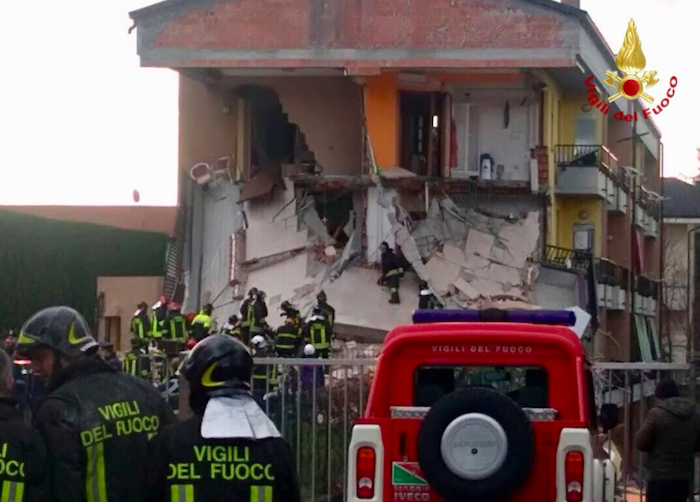 Disastro nel Milanese, crolla palazzina: tutti salvi