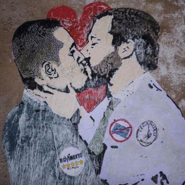 Roma, bacio Salvini-Di Maio sui muri di via Capranica
