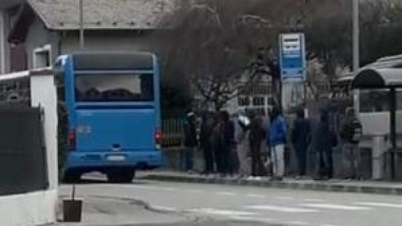 Trentino, alla fermata ci sono profughi: bus non si ferma