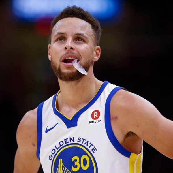 NBA, altro infortunio per Curry. Spettacolo tra Jazz e Spurs