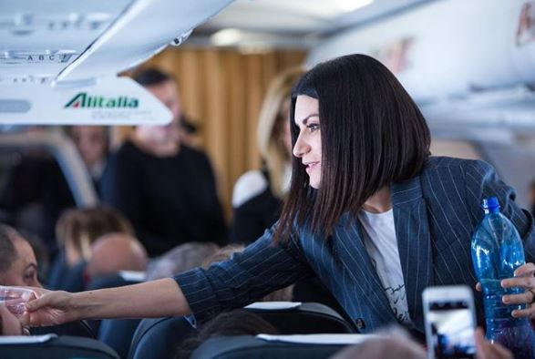 "Laura Pausini diventa ""hostess"" e presenta l'album in volo"