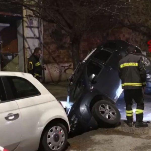 Roma, si apre una voragine e un'auto in sosta sprofonda