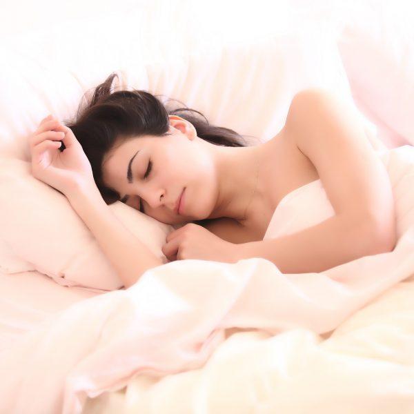 Parli nel sonno? La scienza spiega perché accade