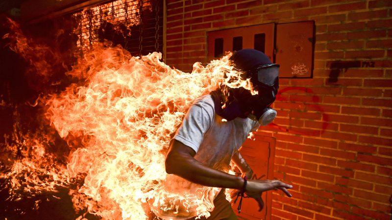 """Una maschera antigas e la scritta """"Pace"""": la foto vincitrice del World Press Photo"""