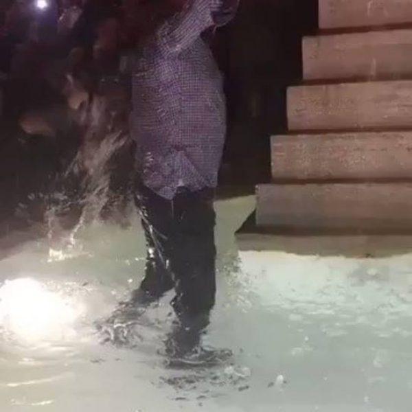 Roma in estasi, Pallotta si tuffa nella fontana