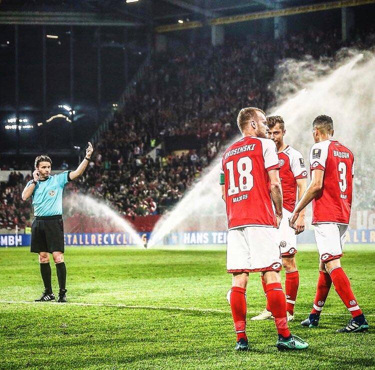 Bundesliga, la VAR assegna il rigore durante l'intervallo