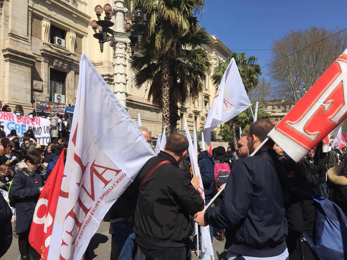 Lo sciopero dei prof: lezioni a rischio fino al 4 maggio