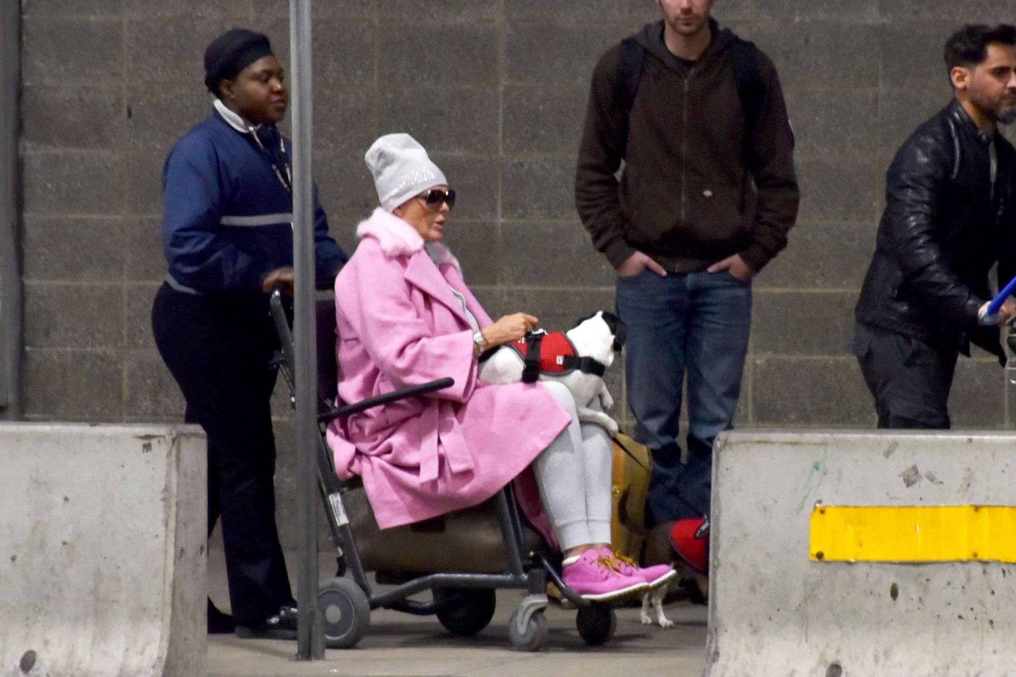 L'attrice Brigitte Nielsen fotografata su una sedia a rotelle