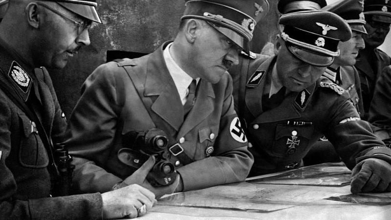 """Il docente fa gli auguri a Hitler? La smentita: """"No, erano per Walter Hahn"""""""