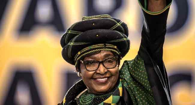 È morta Winnie, ex moglie di Nelson Mandela