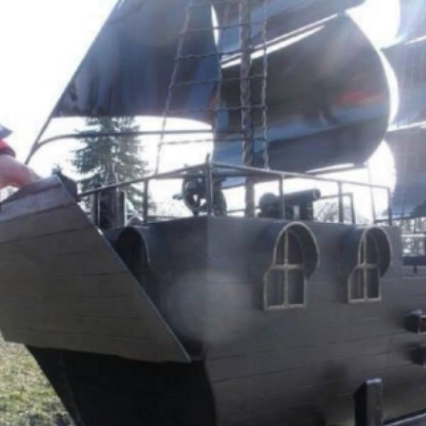 Arte, fabbro ucraino crea barbecue a forma di veliero