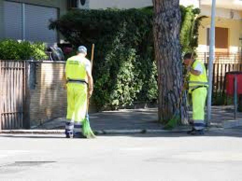 Braccialetti elettronici per gli spazzini a Livorno, è polemica: