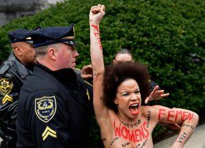 donna si lancia a seno nudo contro bill cosby
