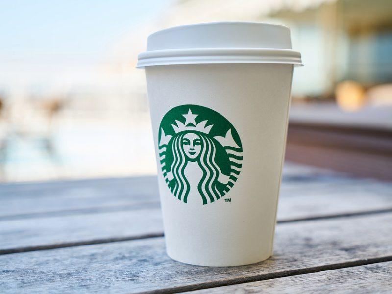 Due afroamericani arrestati da Starbucks, bufera sul colosso del caffè