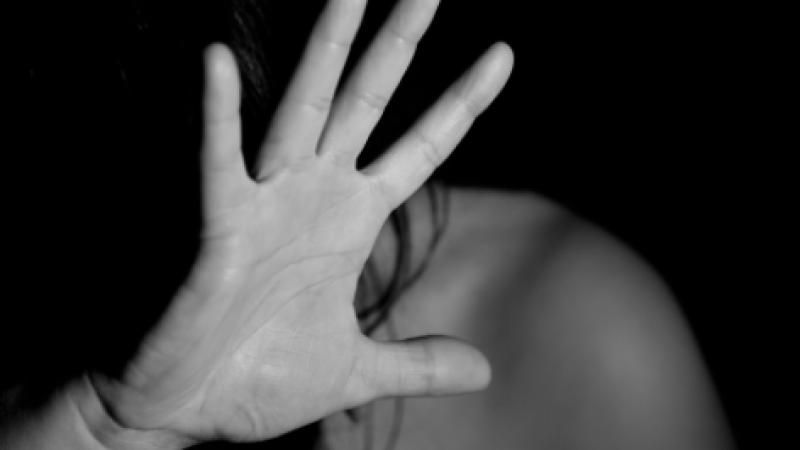 Reggio Emilia, 20enne aggredita e violentata: è caccia all'uomo