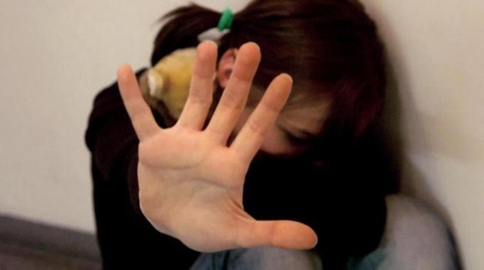 Caserta, molesta una minore e la filma in un camerino: arrestato