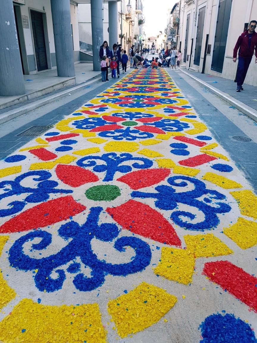 """Candela """"sboccia"""" per l'infiorata: 36 mila fiori colorano le vie del centro"""