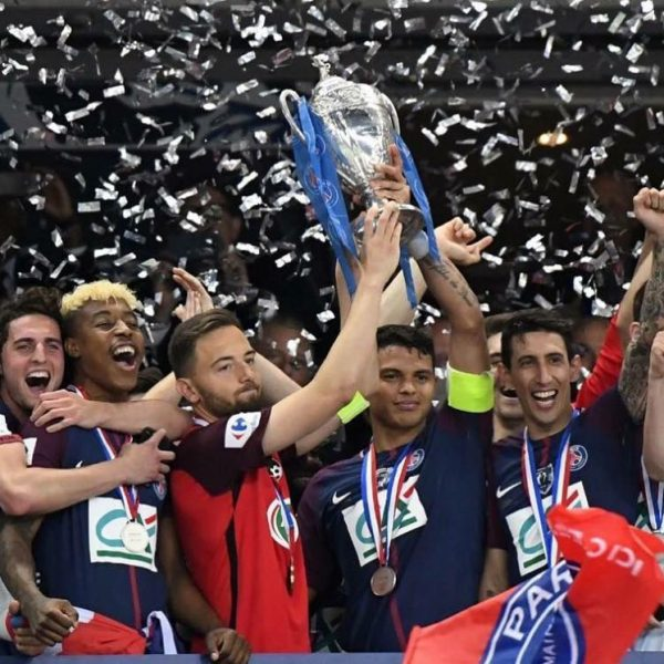 Psg, Thiago Silva alza la Coppa di Francia col capitano avversario