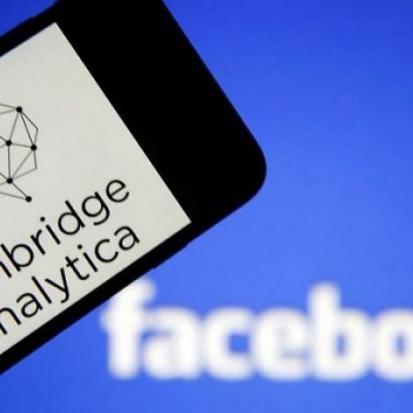 Cambridge Analytica annuncia lo stop 'immediato'