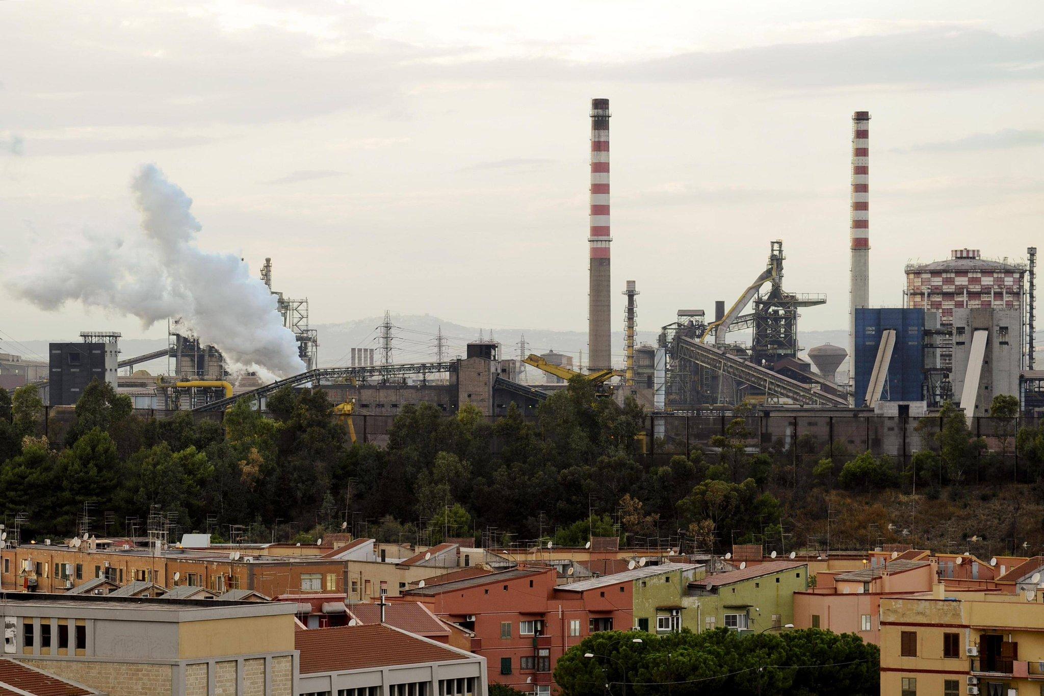 Ex Ilva, sassi e bottiglie contro la polizia al corteo ambientalista