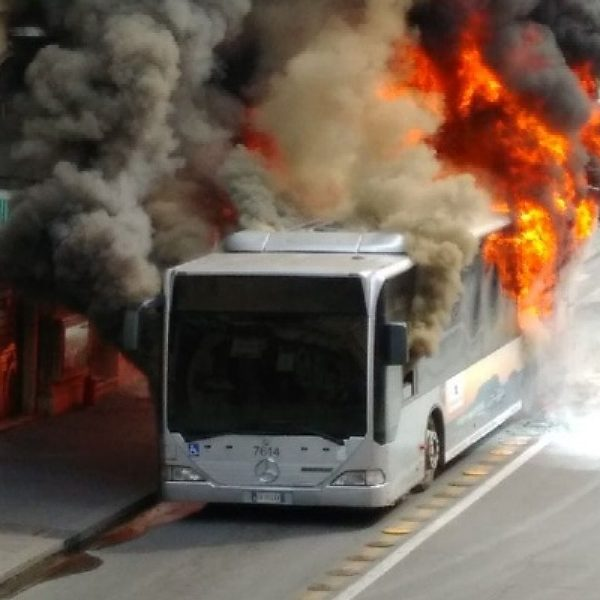 Roma, autobus in fiamme: ferita una donna