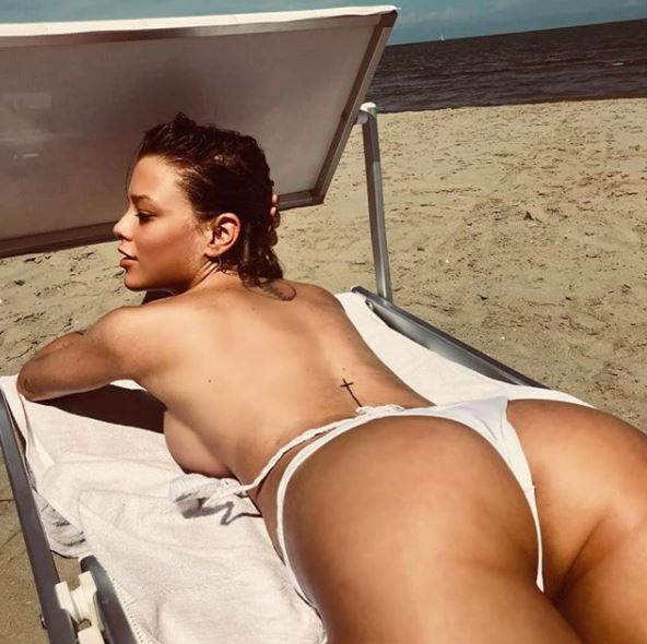 Gossip, Silvia Provvedi super hot in spiaggia