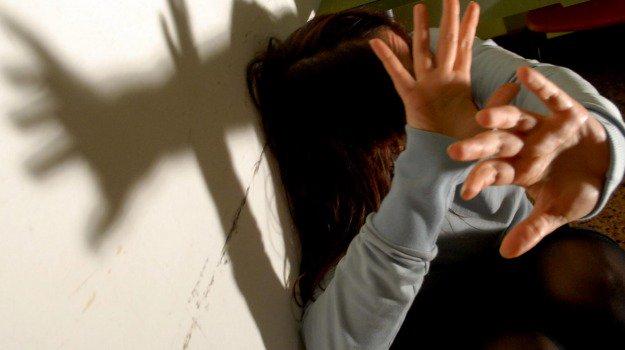 A letto con la figlia 11enne della compagna, scandalo nel Palermitano