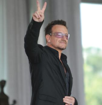 U2, Bono Vox cade dal palco durante il concerto a Chicago