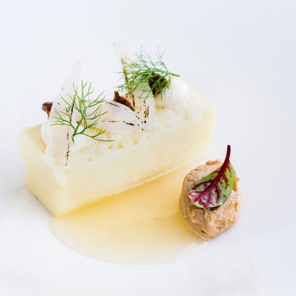 Frittata di cipolle con uova d'oca, un piatto popolare che si veste di eleganza