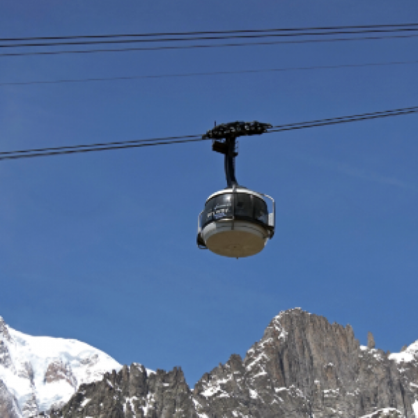 Monte Bianco, si guasta funivia Aiguille Midi: turisti evacuati