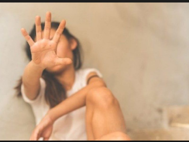 Minacciata e costretta dal padre ad abortire
