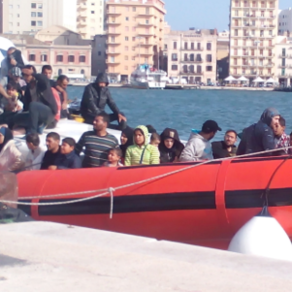 Migranti, in 53 sbarcano a Noto e la barca riparte
