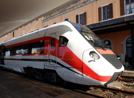 Incidente ferroviario nel Verbano, treno urta un mezzo