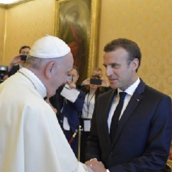 """Papa Francesco a Macron: """"I governi aiutino i poveri"""""""