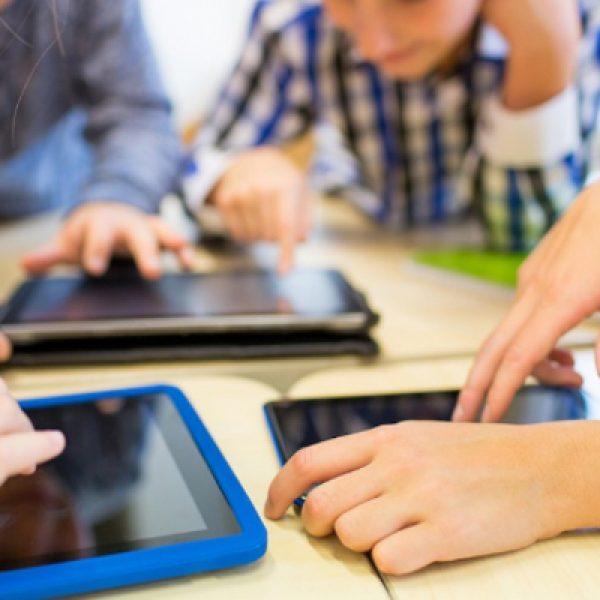 """Smartphone e tablet, il monito dei pediatri: """"Mai prima dei due anni"""""""