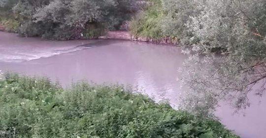 Scarichi abusivi, il fiume Sabato si tinge di rosa