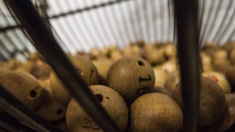 Lotteria, dimentica biglietto da un milione di dollari sul bancone: il titolare lo rintraccia