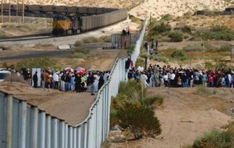 Usa, migranti tentano di superare il muro con il Messico