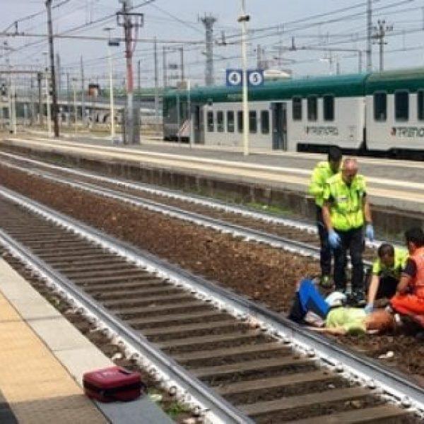 Piacenza, scatta selfie con donna investita da un treno: fermato