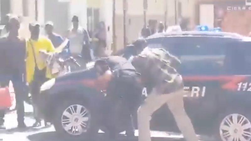 """Carabinieri aggrediti da abusivi, Salvini: """"Tolleranza zero"""""""