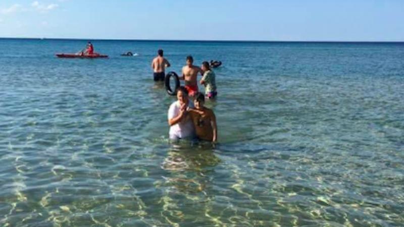 Crotone, migranti soccorsi da bagnini e vacanzieri