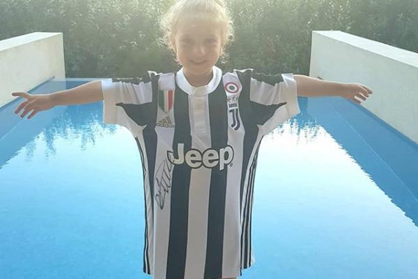 È di una bambina la prima maglia della Juventus di Ronaldo autografata