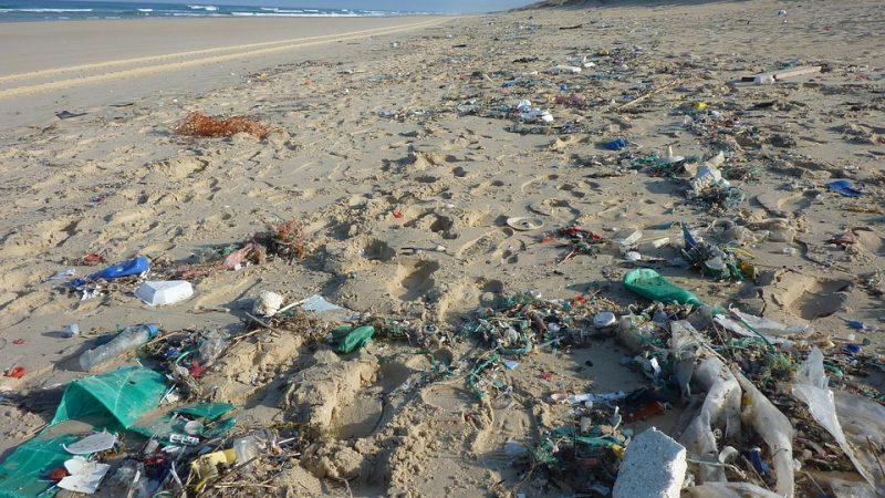 Nelle spiagge italiane 2 mila tonnellate di particelle di plastica