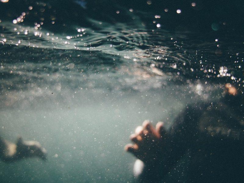 bimbo aspirato da bocchettone piscina, salvo bimbo di 9 anni risucchiato da piscina, savona infermieri e bagnino salvano bimbo risucchiato da piscina