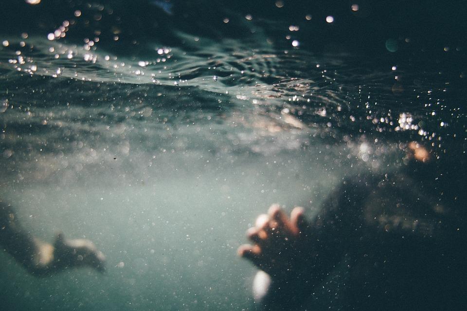 Aspirata da bocchettone della piscina, muore 13enne