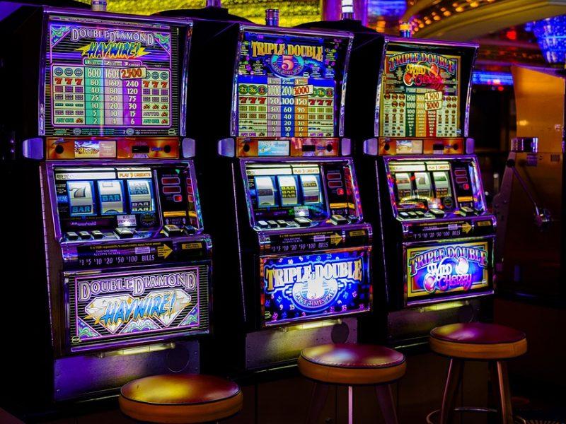 dipendenza da gioco, estorce soldi alla famiglia per slot machine e droga, messina estorce denaro alla famiglia giovane arrestato
